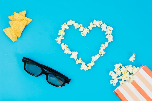 Lay plat de pop-corn et des lunettes 3d pour le concept de cinéma