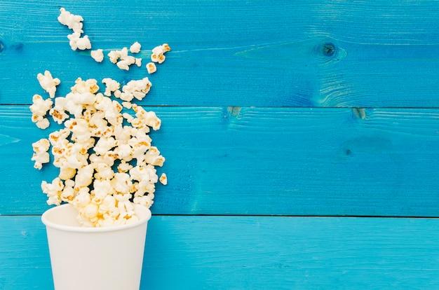 Lay plat de pop-corn pour le concept de cinéma