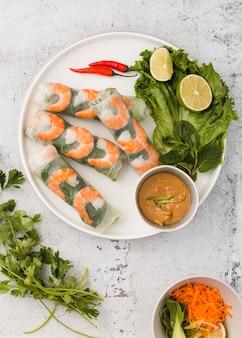 Lay plat de rouleaux de crevettes avec sauce et citron vert