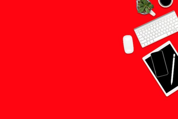 Lay plat de table de bureau avec tablette numérique, téléphone portable et accessoires.