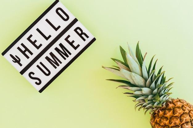 Lay plat de texte et d'ananas tropical