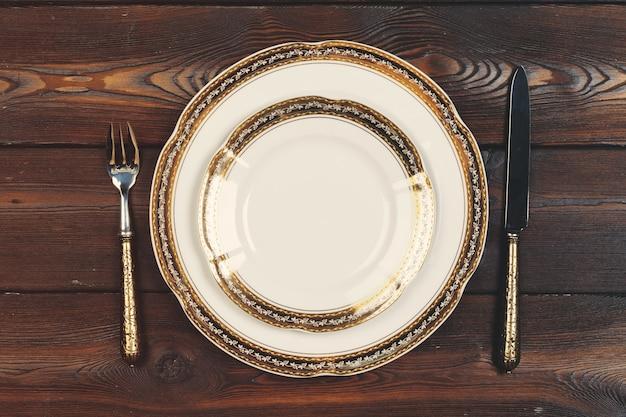 Lay plat de la vaisselle et des couverts