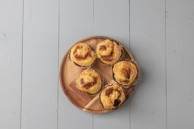 Lay plat de variété de boulangerie et de porc haché danois sur planche de bois