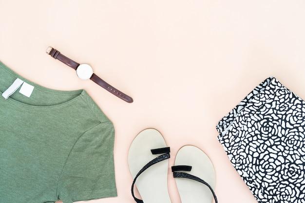 Lay plat de vêtements et accessoires de femme sertie de chaussures, regarder.