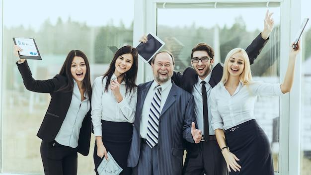 Leader et équipe commerciale réussie applaudissant après avoir signé un contrat financier lucratif