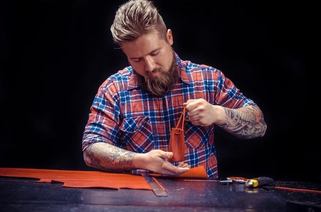 Leather currier travaille le cuir sur la zone de travail