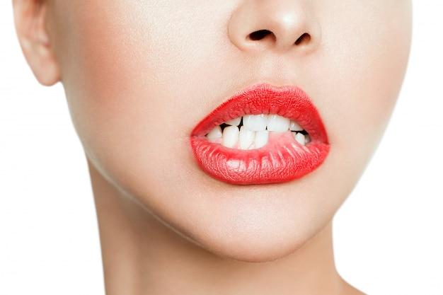 Léchage des lèvres. gros plan, jeune, femme, lécher, lèvres, quoique, isolé, blanc