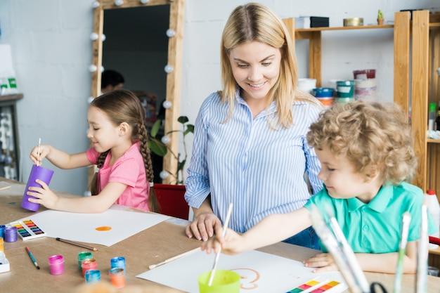 Leçon d'artisanat en studio d'art