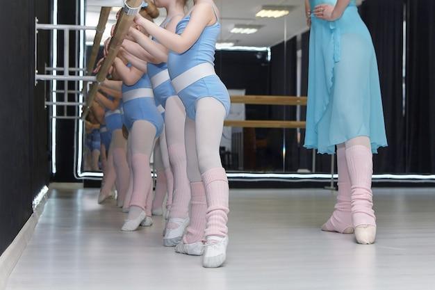 Leçon à l'école de l'école de chorégraphie. les petites filles répètent les mouvements du professeur