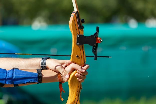 Leçon de tir à l'arc en plein air.
