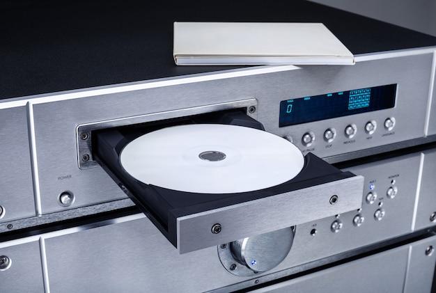 Lecteur cd avec plateau ouvert, gros plan.