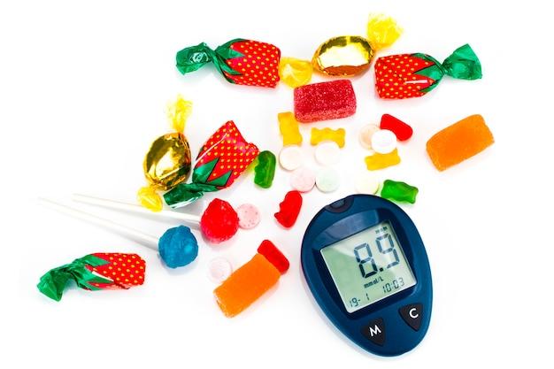 Lecteur de glycémie avec des aliments malsains, le concept de diabète