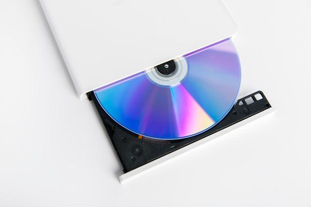 Lecteur de graveur de cd externe blanc isolé sur fond blanc
