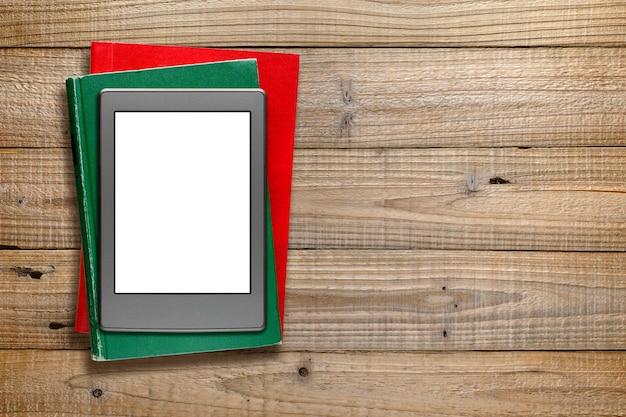 Lecteur de livre électronique et vieux livres sur bois