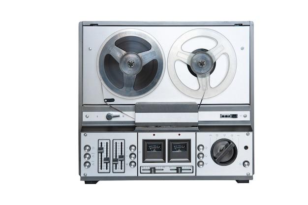 Lecteur magnétophone stéréo analogique avec bobines isolé sur fond blanc.