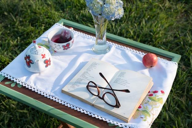 Lecture dans la campagne au coucher du soleil table concept vue oblique