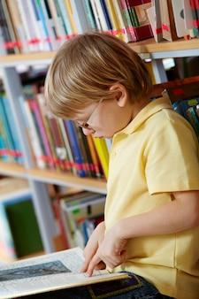 Lecture kid dans la bibliothèque