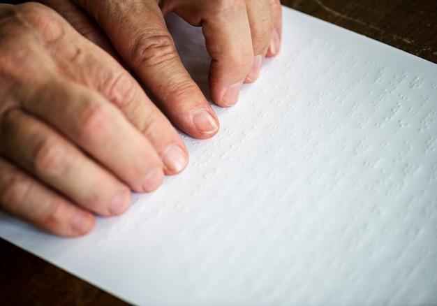 Lecture des lettres en braille