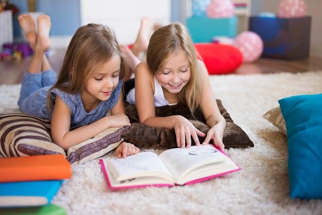 Lecture d'un livre intéressant avec soeur
