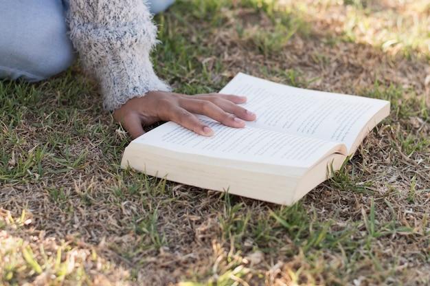 Lecture avec livre sur le terrain