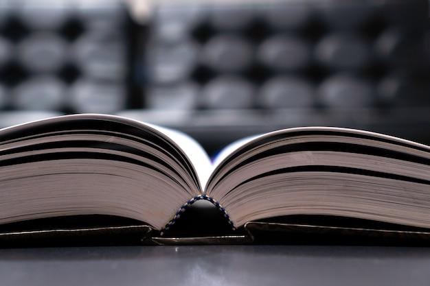 Lecture de vieux manuel dans la bibliothèque universitaire