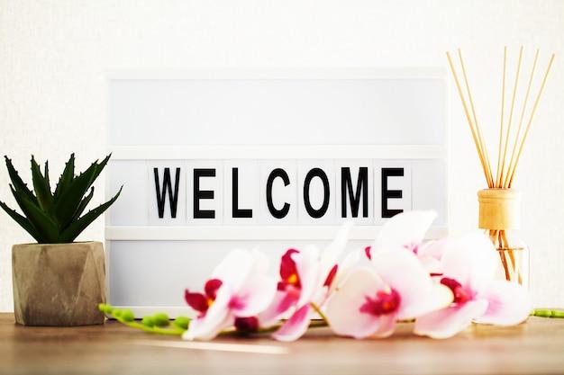 Led board avec mot de bienvenue sur la table.