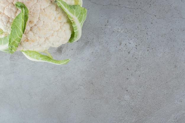 Légume de chou-fleur frais non cuit sur une nappe. photo de haute qualité