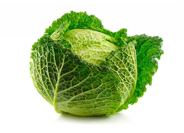 Légume chou vert de savoie isolé sur blanc