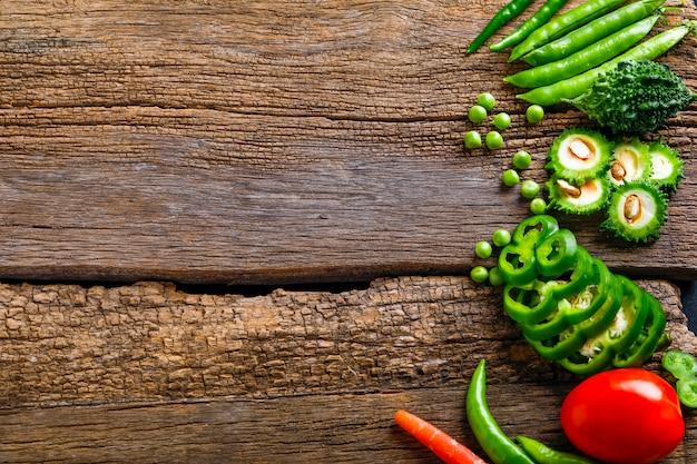 Légume cru sur planche de bois avec espace copie