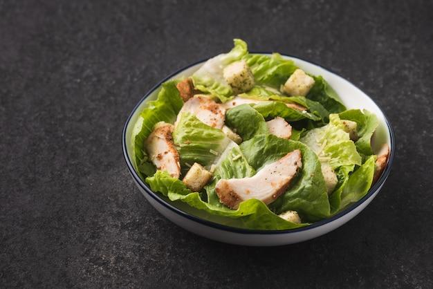 Légume avec fond de nourriture de poulet salade croûton