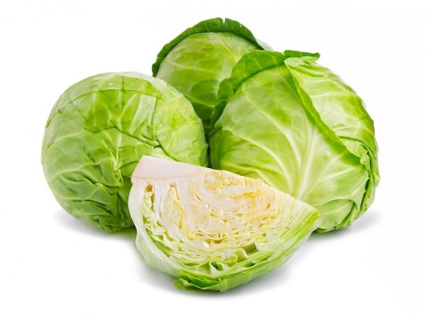 Légume frais de chou vert isolé sur blanc