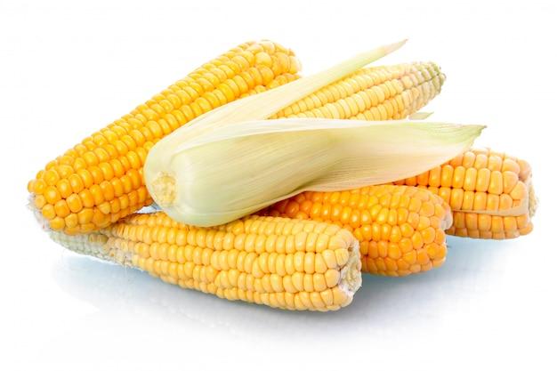 Légume de maïs frais avec des feuilles isolées