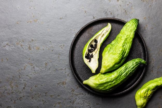 Légume péruvien frais sur une plaque