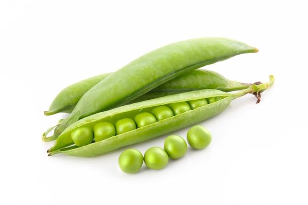 Légume de pois mûr avec feuille verte isolée