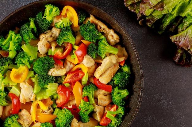 Légume sain cuit à la vapeur dans la poêle.
