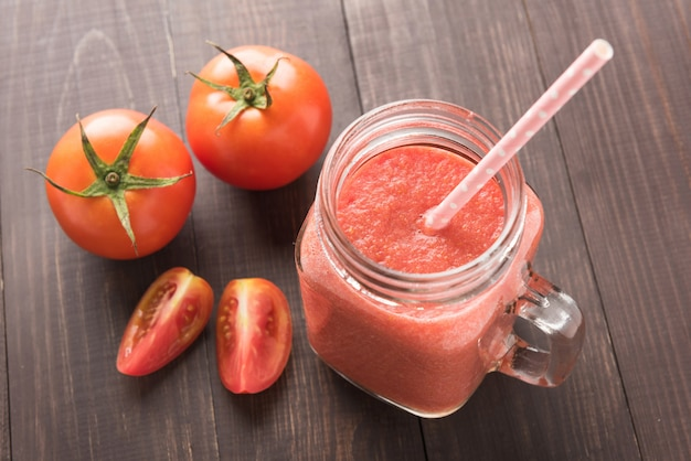 Légume sain. verre de jus de tomate rouge sur table en bois