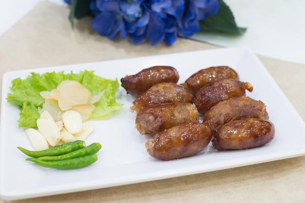 Légume traditionnel thailande saucisse préparé