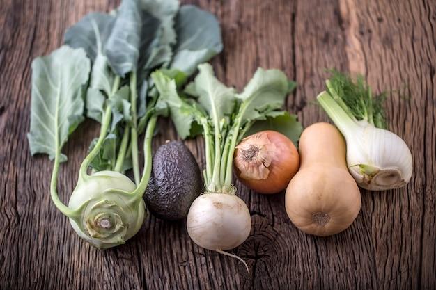Légume. vue de dessus assortiment de légumes frais sur une vieille table en chêne.