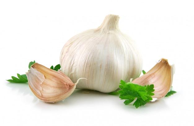 Légumes à l'ail avec des feuilles de persil vert isolées on white