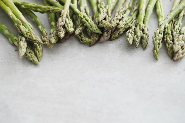 Des légumes. asperges vertes sur la table