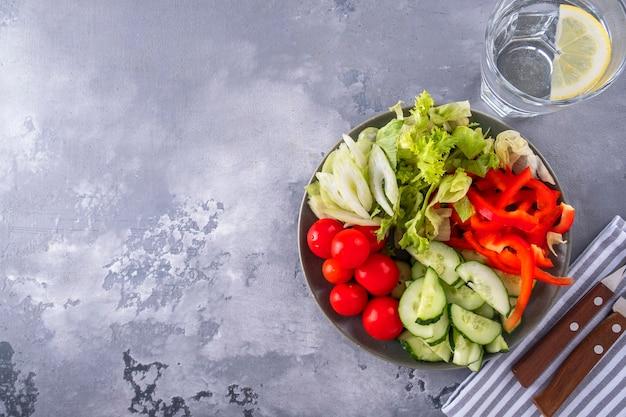 Légumes sur une assiette servis avec fourchette et couteau vue de dessus espace copie