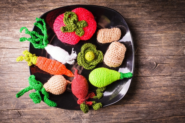 Légumes au crochet sur une assiette - jouets écologiques pour enfants et décoration de cuisine