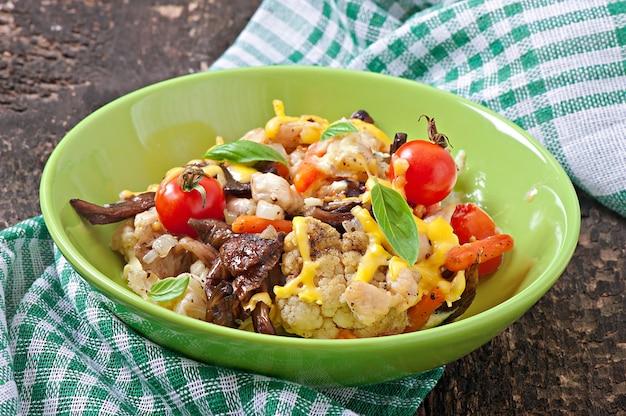 Légumes au four avec poulet et champignons