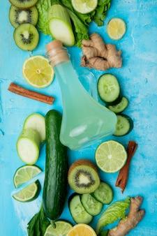 Légumes au jus de citron vert sur table bleue