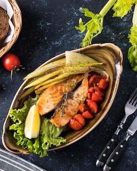 Légumes au steak de saumon grillé juteux. vue de dessus. fermer
