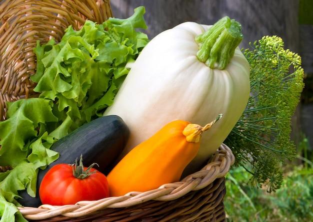 Les légumes d'automne sont dans un petit panier