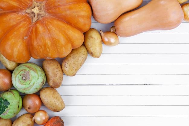 Légumes d'automne sur la table de surface en bois blanc, vue de dessus