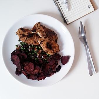 Légumes à la betterave et aux pois décadents avec poulet rôti