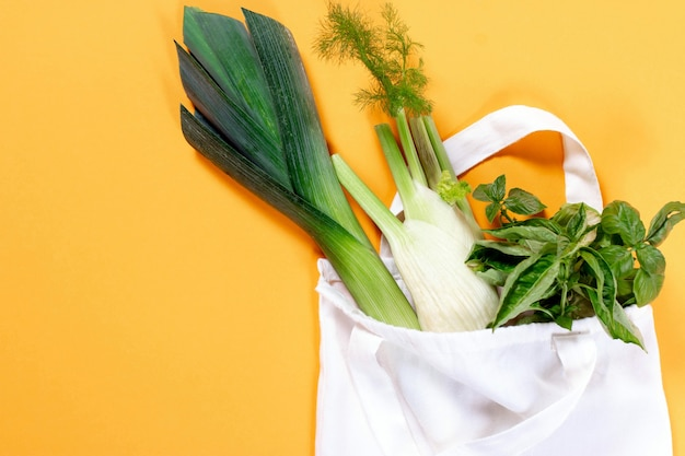 Légumes bio dans un sac en coton