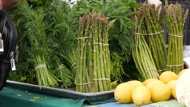 Légumes biologiques sur le comptoir des produits locaux frais du marché alimentaire des agriculteurs de décrochage aux états-unis